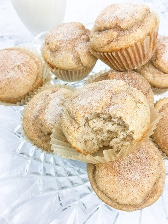 cinnamon applesauce muffin biten